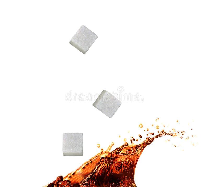 Tefärgstänk med sockerkuben arkivbilder