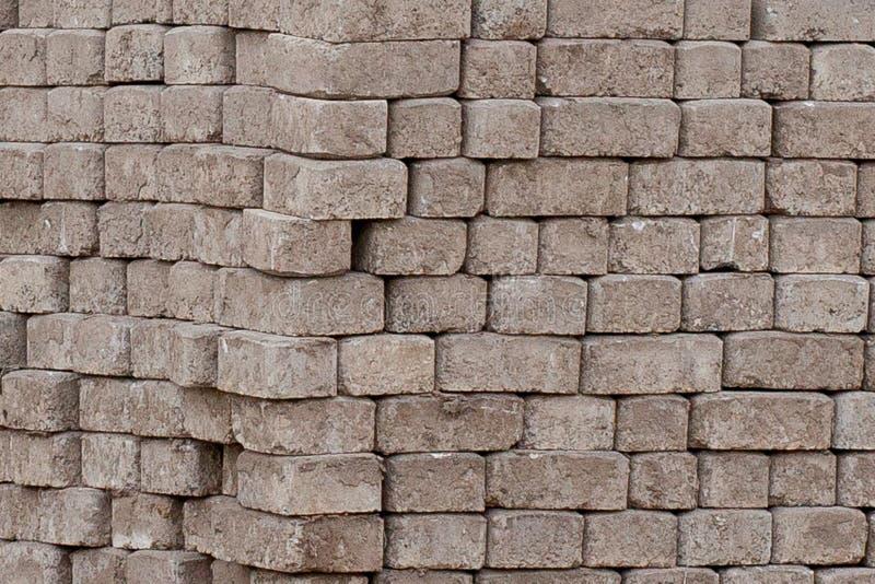 Tegel van het straatsteen de rode cement voor het leggen van wegenbouw, bestrating op houten pallets bij een bouwwerf stock afbeeldingen