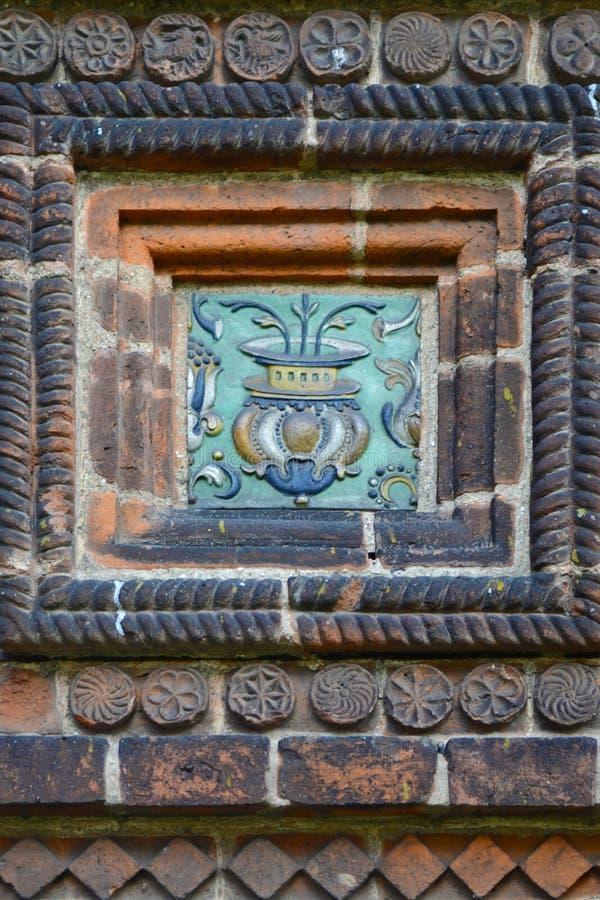 Tegelplattan av templet av halshuggningen av John The Baptist i staden av Yaroslavl, Ryssland royaltyfria bilder