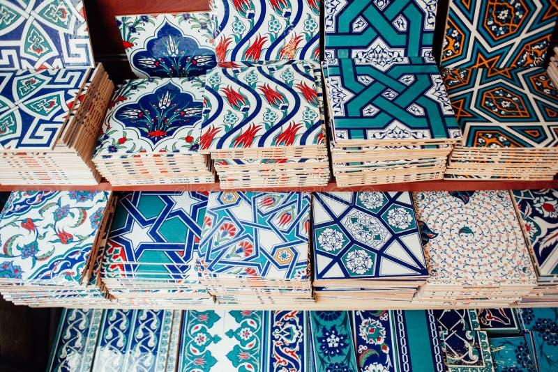 Tegelplattan med traditionella turkprydnader i röda, vit- och blåttfärger royaltyfri bild