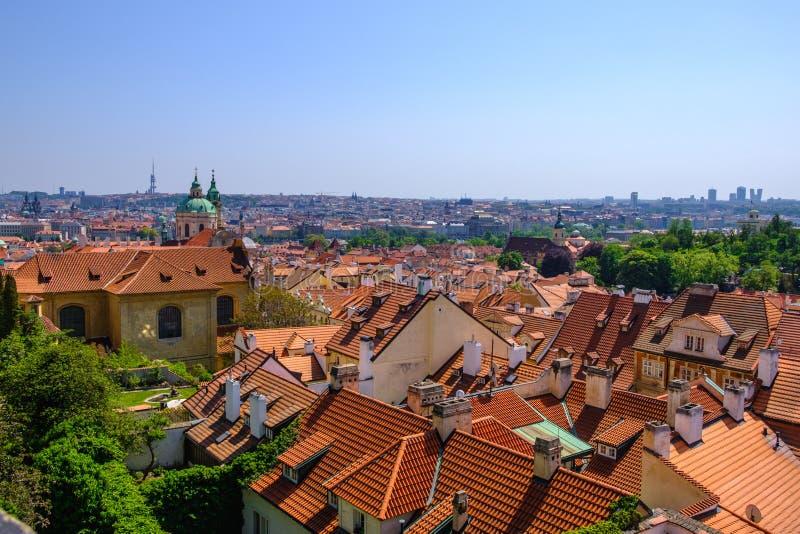 Tegelplattatak av den gamla staden Prague tjeckisk republik arkivfoto