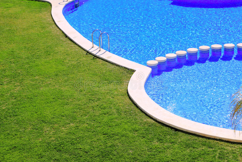 tegelplattor för simning för pöl för green för blueträdgårdgräs fotografering för bildbyråer