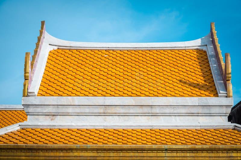 Tegelplattor f?r Thailand tempeltak Texturera detaljen av tak?verkanten av templet royaltyfria bilder