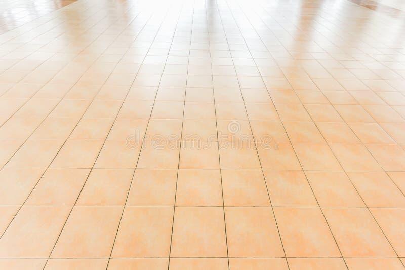 Tegelplattor marmorerar golvbakgrundstegelplattor, golv somdäcket förbiser den vita bakgrunden Service inkluderar produktskärmmal royaltyfria foton