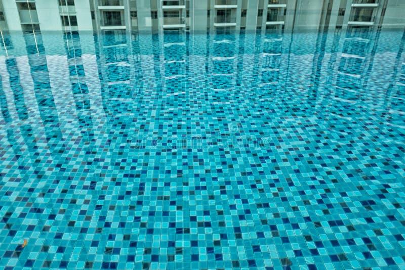 Tegelplattor och reflexioner av en simbassäng royaltyfri fotografi
