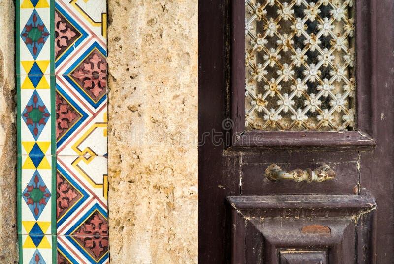 Tegelplattor och texturer för portugisisk byggnadsyttersida arkivbild