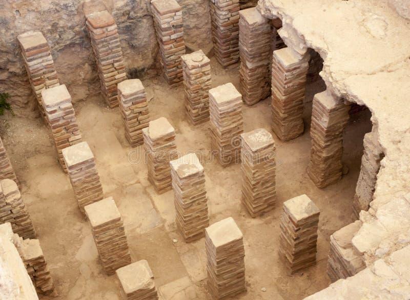 Tegels en bakstenen onder de vloer in Roman ruïnes stock foto's