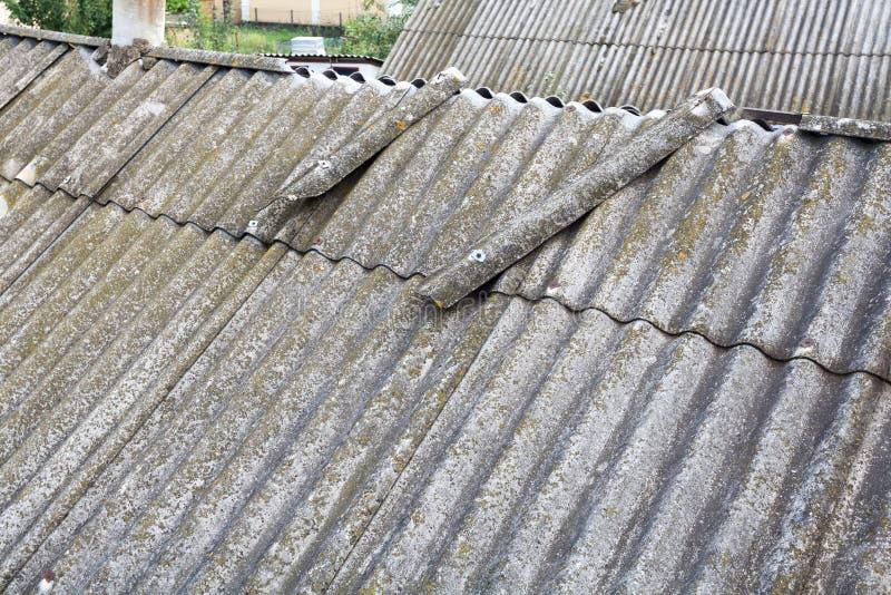 Tegels van het asbest de oude gevaarlijke dak stock foto's