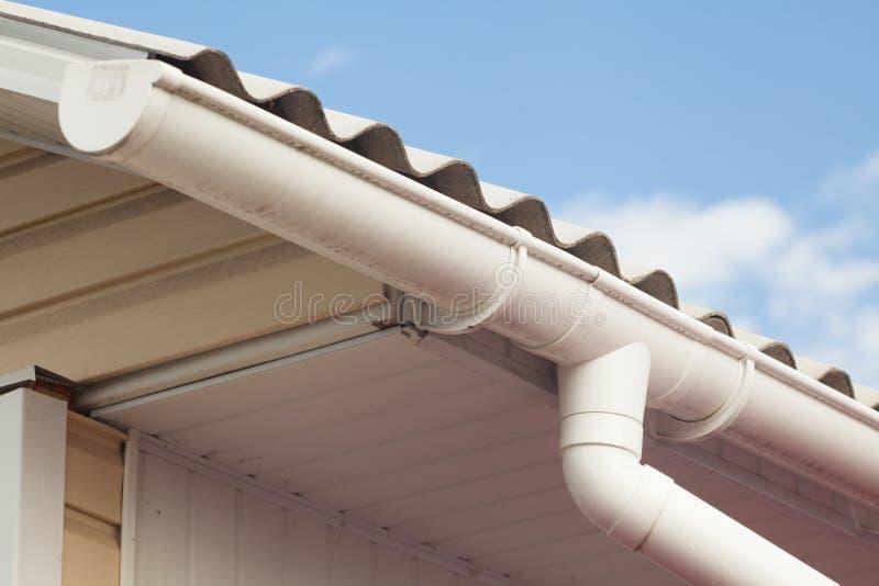 Tegels van het asbest de oude gevaarlijke dak stock foto