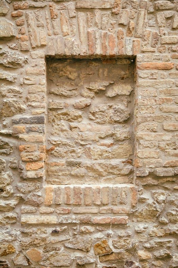 Tegelsten-inneslutat fönster arkivbilder