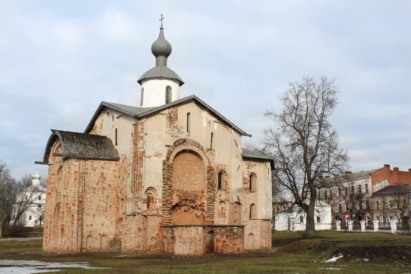 Tegelsten kyrkliga Paraskeva grundades i 1207 arkivfoto