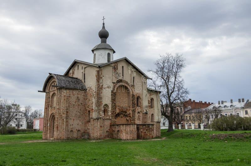 Tegelsten kyrkliga Paraskeva grundades i 1207 veliky novgorod för antagandeauktionkyrka _ arkivfoton