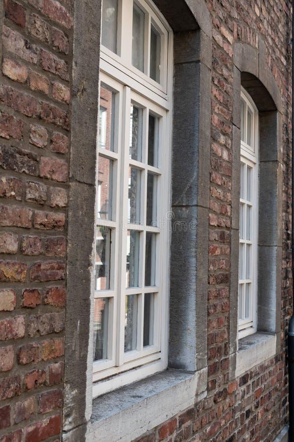 Tegelsten och fönster för gammal stil för närbild royaltyfri foto