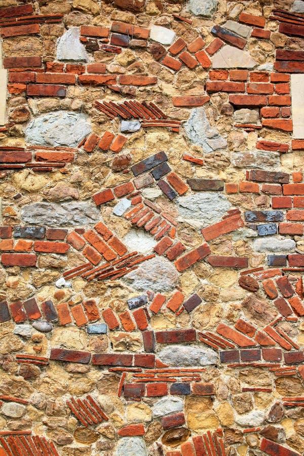 Tegelsten- och stenvägg på kyrka i kyrktorn royaltyfri fotografi