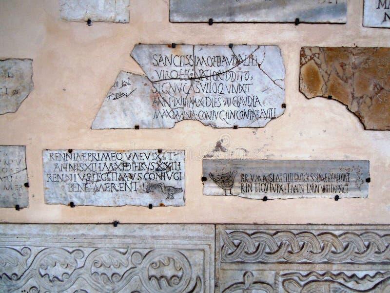 Tegelsten och vaggar textur på väggen med handstilar arkivbild