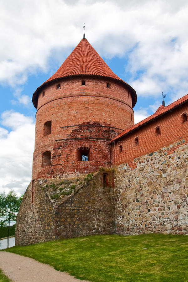 Tegelsten står hög av slottet i Trakai arkivfoton