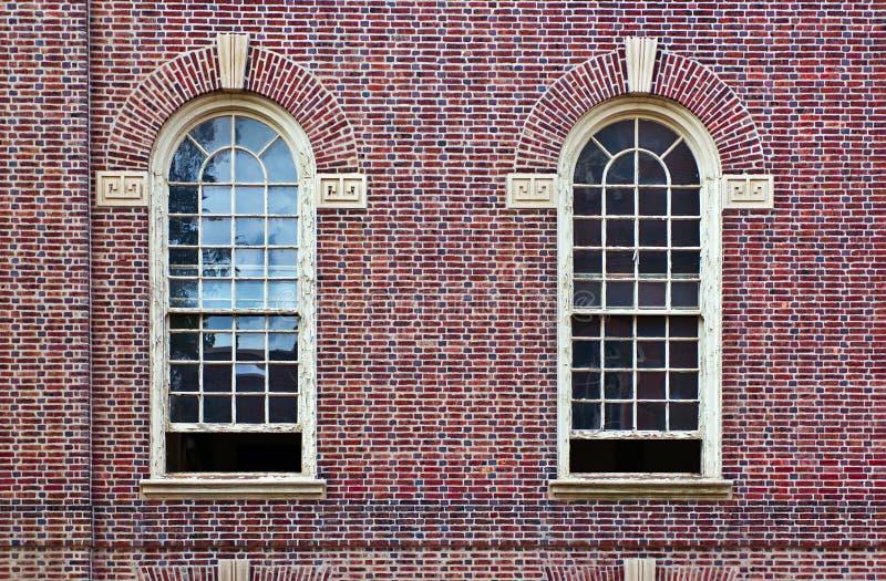 tegelsten två wall fönster arkivbild