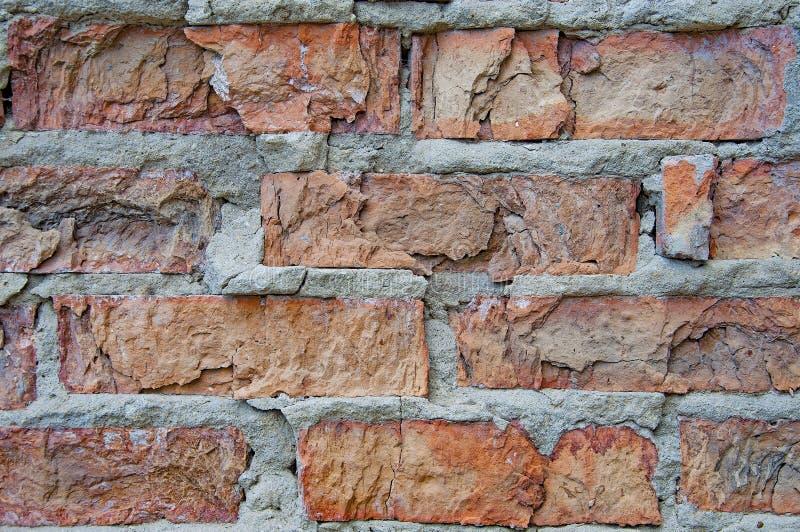Tegelstenar bakgrund och texturer p? v?ggen Fattiga tegelstensprickor Slitsskada arkivbild