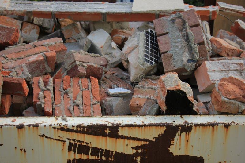 Tegelstenar i en dumpster arkivfoto
