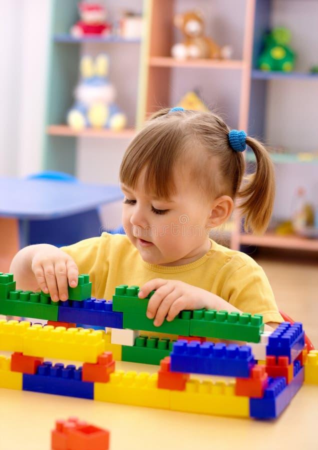 tegelstenar som bygger flickan little spelrumförträning arkivfoton