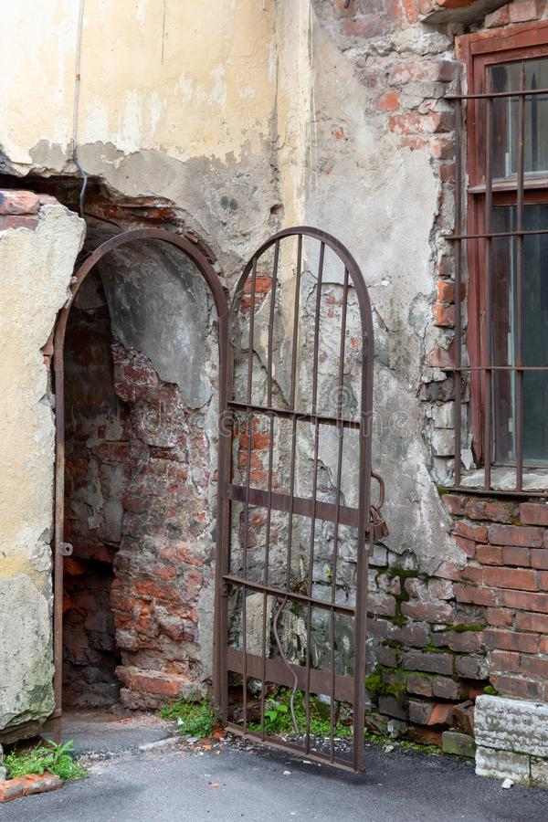 Tegelstenbåge med den öppna dörren royaltyfri fotografi