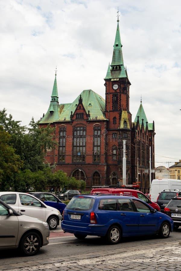Tegelstenbyggnaden av universitetarkivet Biblioteka Uniwersytecka i Wroclaw royaltyfri foto