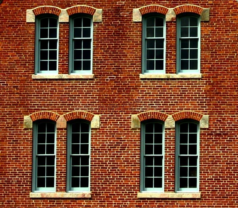 tegelstenbyggnadsfönster arkivfoto