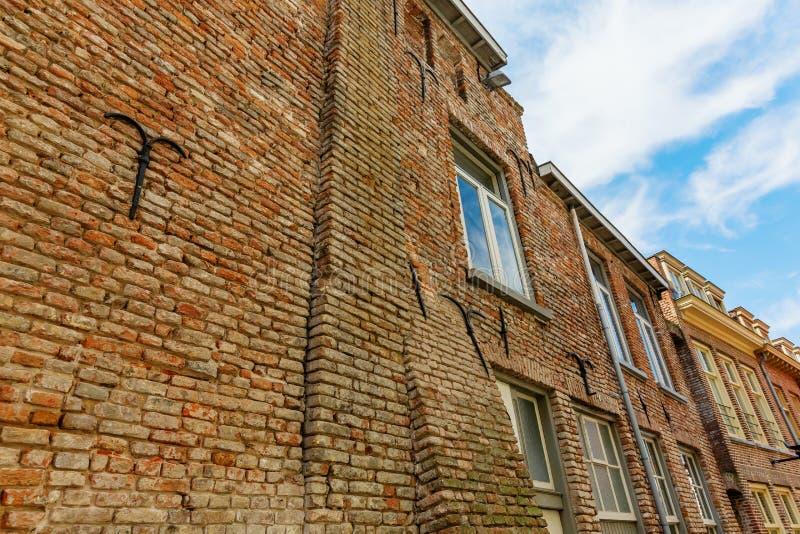 Tegelstenfasad av en medeltida byggnad i Nijmegen, Nederländerna royaltyfri fotografi