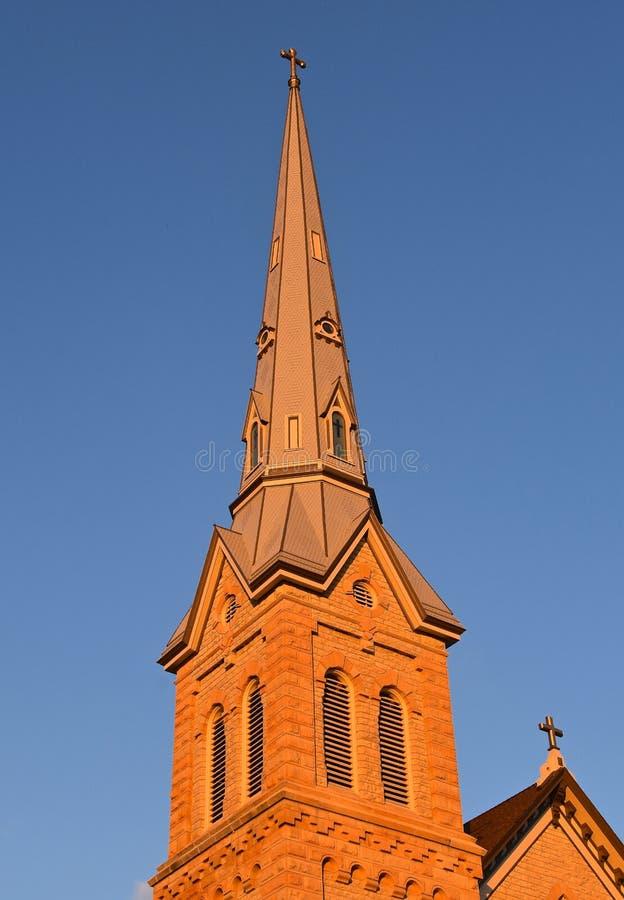 Tegelstenkyrktorn av en gammal kyrka royaltyfria bilder