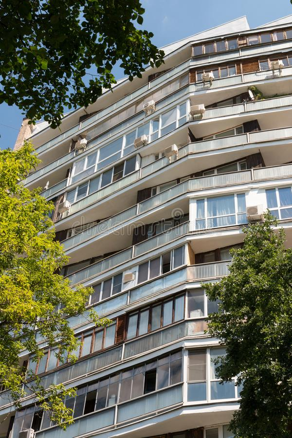 Tegelstenlägenhethus i Moskva på den Spiridonovka gatan arkivfoto