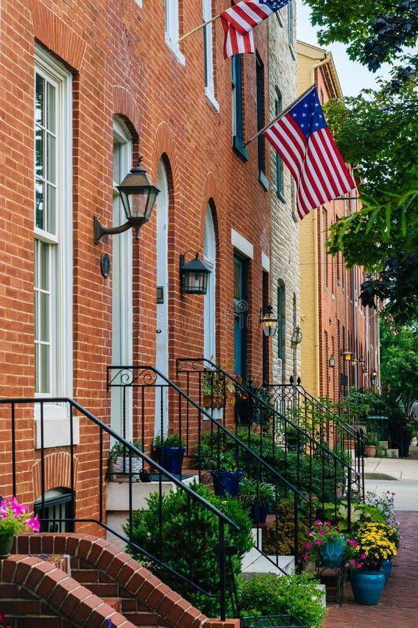 Tegelstenradhus längs Williams Street i den federala kullen, Baltimore, Maryland royaltyfri foto