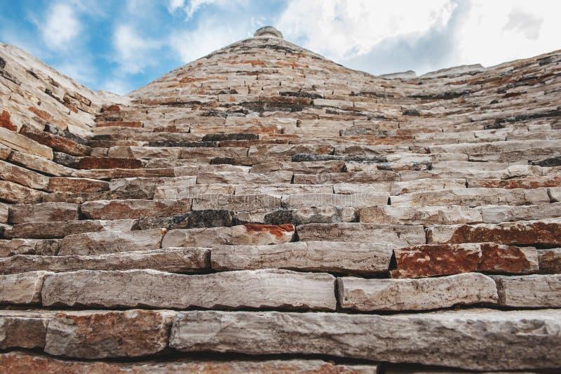 Tegelstentaktrulli i Alberobello Puglia Italien på en solig dag UNESCOkulturarvlista royaltyfria foton