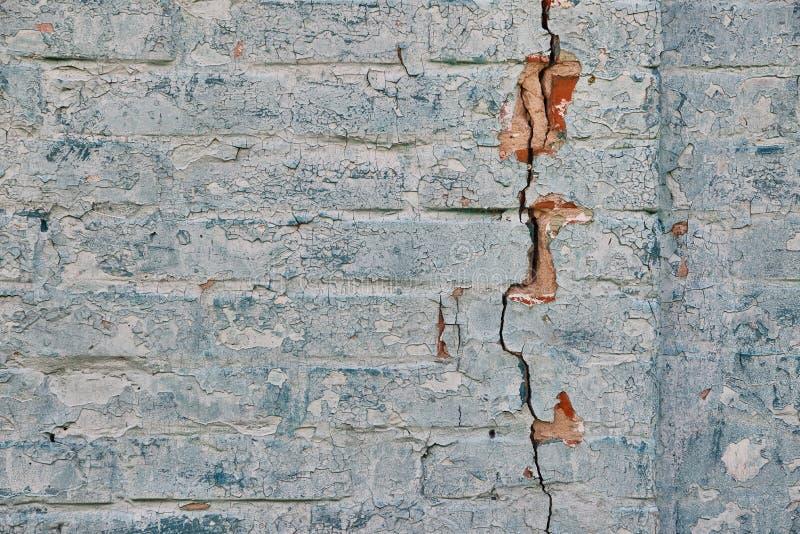 Tegelstenvägg med en spricka royaltyfri fotografi