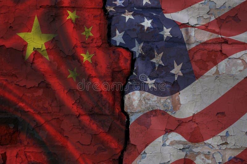 Tegelstenvägg med en spricka som målas på olika sidor i kinesiskt och amerikanska flaggan arkivbild