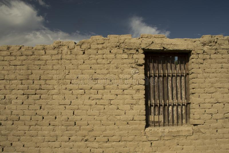 Tegelstenvägg med fönstret och himmel royaltyfria foton