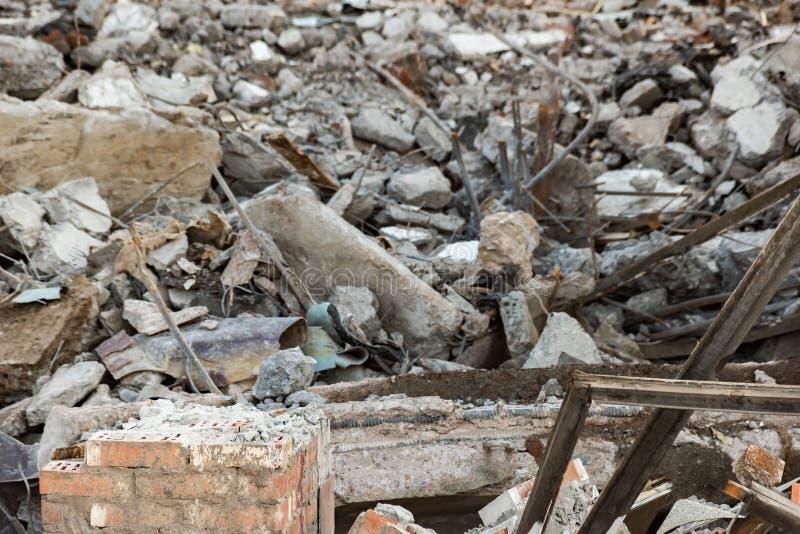 Tegelstenvägg och stycken av en demonterad byggnad royaltyfri foto