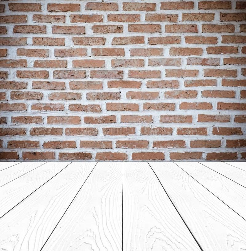 Tegelstenvägg och vit wood bakgrund för perspektiv, produktskärm arkivbilder