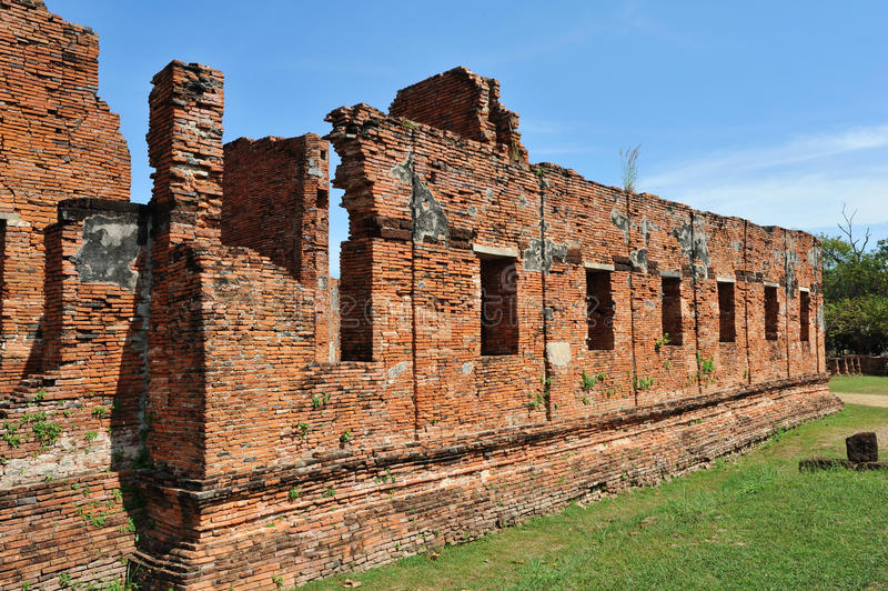 Tegelstenvägg på wat Phar Srisanphet, Thailand royaltyfria foton