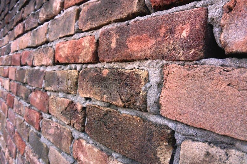 Tegelstenvägg som göras av mycket gamla röda tegelstenar från upp nära royaltyfria foton