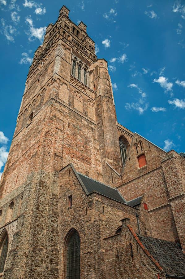 Tegelstenväggar och tak från en kyrklig och blå himmel royaltyfri foto
