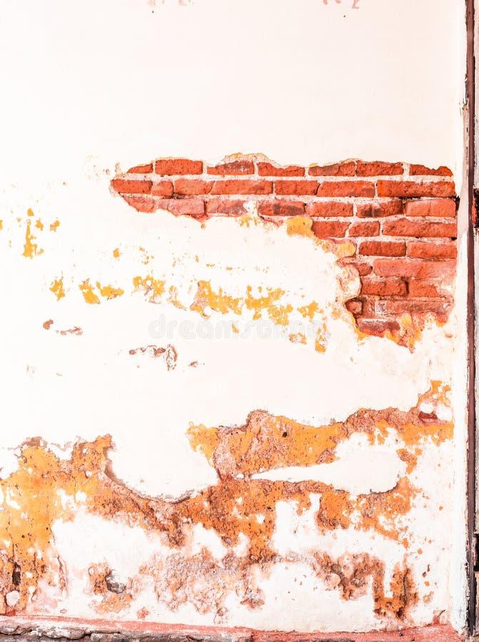 Tegelstenväggen berättar berättelser tidigare och närvarande royaltyfri foto
