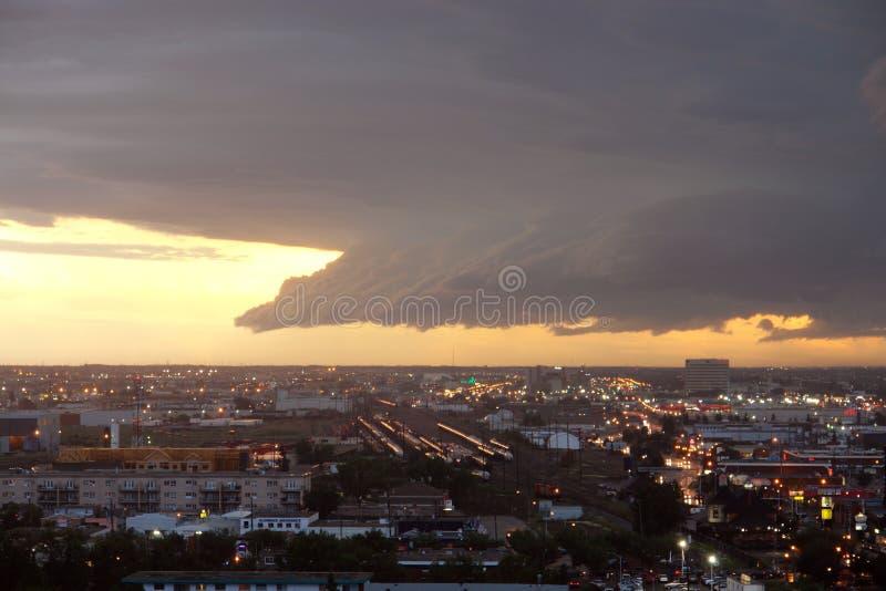 Tegemoetkomende onweersbui stock afbeelding