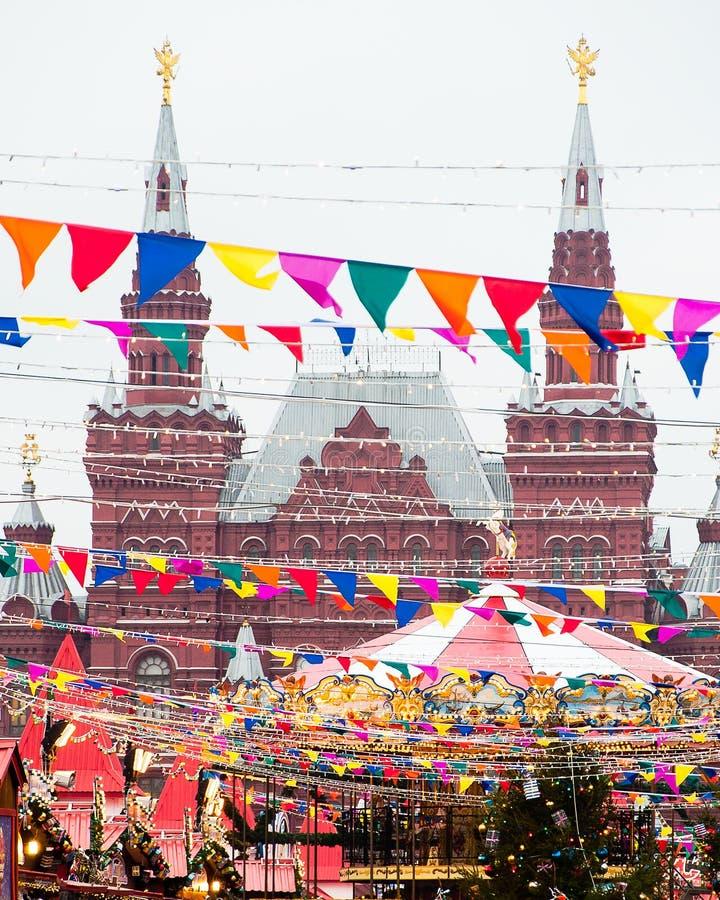 Tegen de achtergrond van de bouw van de Historische Markt van Museumkerstmis op Rood Vierkant, Moskou royalty-vrije stock afbeelding
