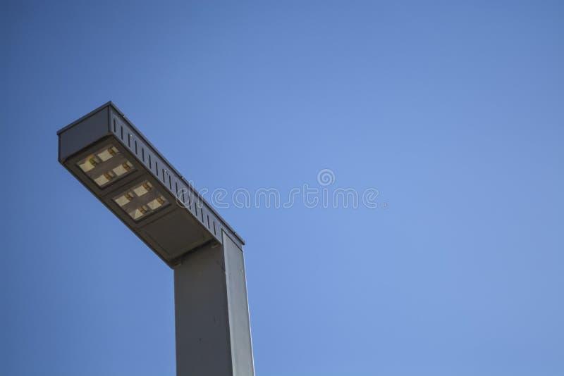 Tegen de achtergrond van de moderne de stads LEIDENE van de de zomer blauwe hemel lamp Metaal en glas innovatie Lamp Meetkunde va stock fotografie