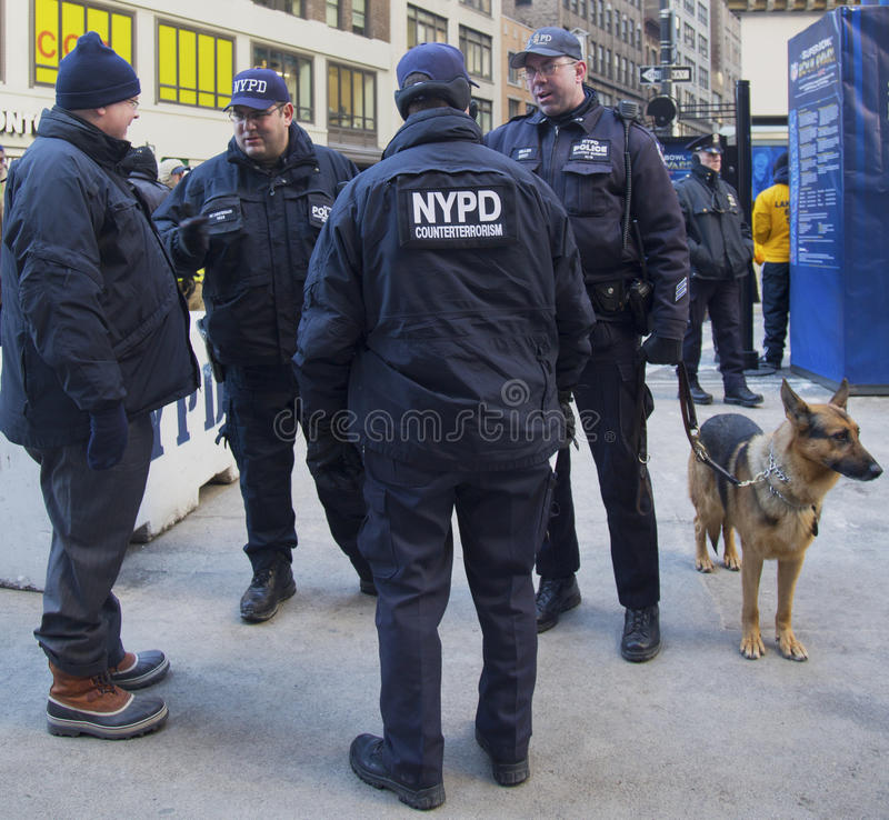 Tegen het terrorismeambtenaren van NYPD en NYPD-doorgangsdienst k-9 politieman met hond k-9 die veiligheid op Broadway verstrekken royalty-vrije stock foto's