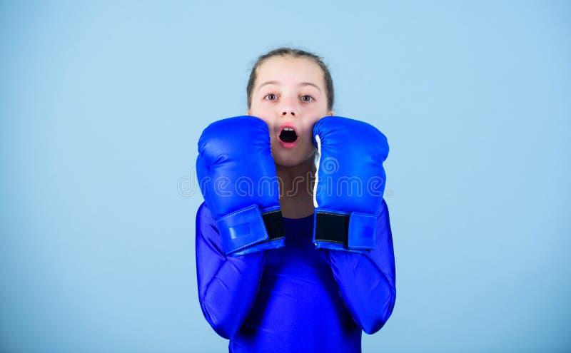 Tegendeel aan stereotype Met grote macht komt grote verantwoordelijkheid Bokserkind in bokshandschoenen Vrouwelijke bokserverande royalty-vrije stock fotografie