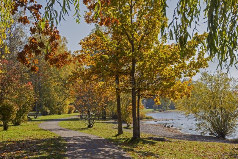 Tegernsee de lac de promenade de Lakeside, beau paysage d'automne images stock