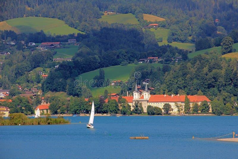 Tegernsee del lago waterside, con el castillo, Alemania foto de archivo