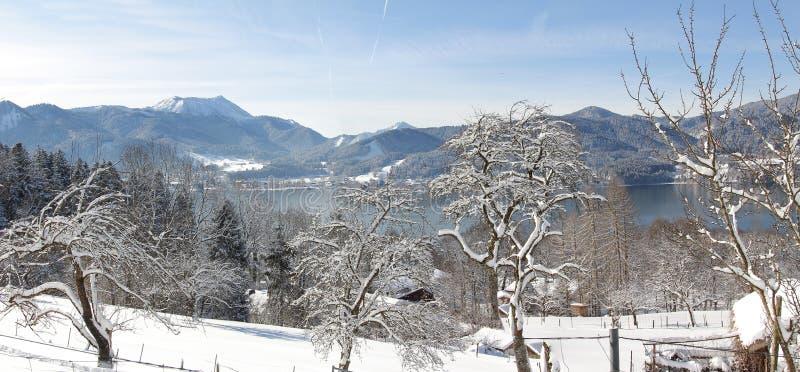 Tegernsee del paisaje del invierno, visión desde la calzada de la ladera foto de archivo libre de regalías