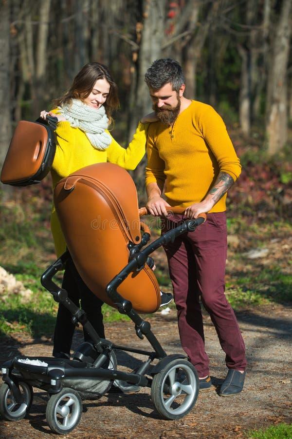 tego domu hearths pojęcia rodziny kluczy cudowny wielu drzewo miłości Szczęśliwy rodzica spacer w jesień parku plenerowym Ojciec  zdjęcie stock
